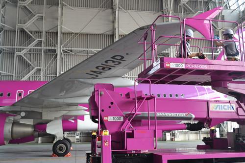 整備中のピーチ航空機